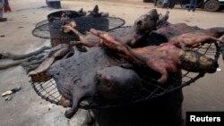La viande de brousse peut transmettre le virus à Ebola, rappelle l'OMS (Reuters)