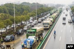 湖北省武汉市为收治新型冠状病毒感染的病人而建造新医院,多辆卡车给医院工地运送建筑材料。(2020年1月24日)