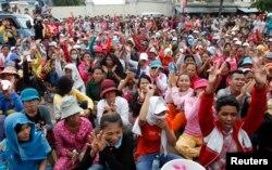 Hàng trăm công nhân may mặc ở Phnom Penh, Kampuchea, đình công phản đối đòi tăng lương và điều kiện làm việc tốt hơn tại nhà máy M&V International Manufacturing Limited, nơi phụ trách sản xuất quần áo của hãng H&M