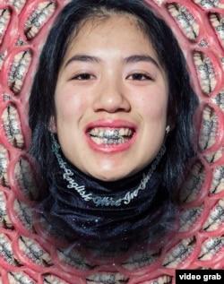 """21岁华裔女生设计另类""""眯缝眼""""等首饰,对抗亚裔偏见"""