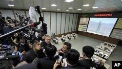 北韓官員在火箭發射指揮中心向記者簡報發射計劃
