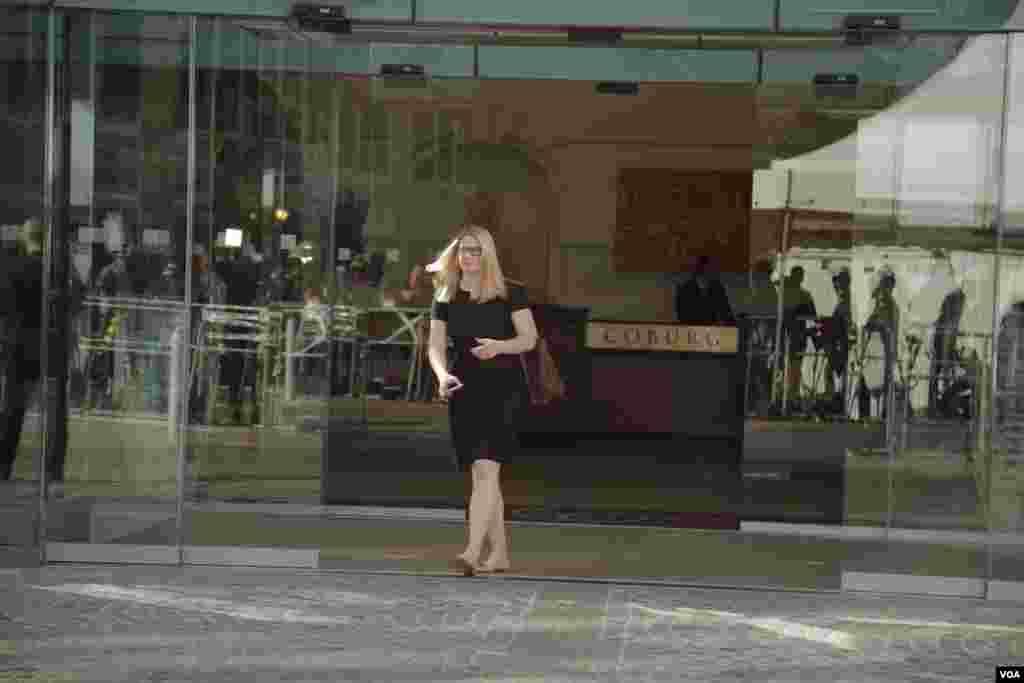 ماری هارف سخنگوی وزارت خارجه آمریکا در حال خروج از هتل کوبورگ وین، محل برگزاری مذاکرات اتمی ایران و گروه ۱+۵