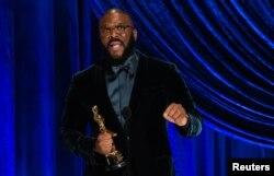 """Tyler Perry menerima Penghargaan Kemanusiaan Gene Hersholt dalam siaran langsung ABC """"Telecast of The 93rd Oscars"""" di Los Angeles, California, 25 April 2021. (Todd Wawrychuk / A.M.P.A.S. / Handout via REUTERS)"""