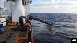 Operadores australianos sacan del mar el minisubmarino con el que se busca el avión desaparecido de Malaysia Airlines.