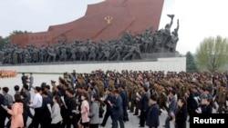 Warga Korea Utara memperingati HUT Militer negara itu yang ke-85, Selasa (25/4).