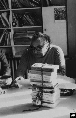 Yaşar Kemal 1975'te İstanbul'da basın toplantısında