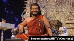 ریاست تامل ناڈو کے خود ساختہ پنڈت نتھیانندا نئی مملکت کی باگ ڈور سنبھالے ہوئے ہیں۔ فوٹو: بشکریہ این ڈی ٹی وی