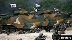 """""""金色眼鏡蛇""""軍演,去年在泰國舉行,參與演習的南韓士兵進行登島練習。(資料圖片)"""