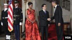 La primera dama Michelle Obama y el presidente Barrack Obama, dan la bienvenida a la cena de estado al presidente de China, Hu Jintao.