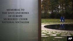 Вход в новый мемориал жертвам холокоста в Берлине.