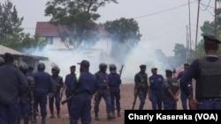 Des Congolais sont agenouillés devant la police à Goma, pour une marche anti-Kabila, le 21 janvier 2018.