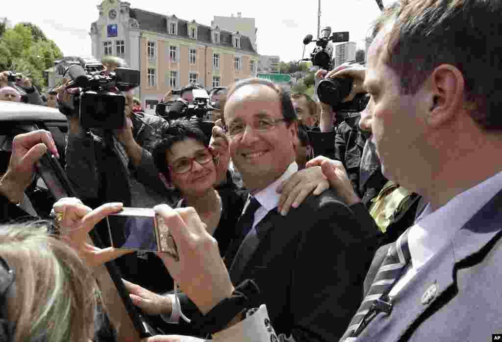 社会党总统候选人奥朗德5月6日在法国中部与当地居民合影