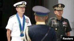 Pemimpin Komando Pasifik AS, Laksamana Harry Harris (kiri) dan panglima militer Filipina, Hernando Iriberi (kanan) dalam upacara penyambutan di Quezon City, Metro Manila, hari Rabu (26/8).