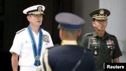 Tư lệnh Thái Bình Dương của Hoa Kỳ, Đô đốc Harry Harris, được Tổng tham mưu Lực lượng vũ trang Philippines Hernando Iriberi tiếp đón tại Trại Aguinaldo ở Quezon City, ngày 26/8/2015.