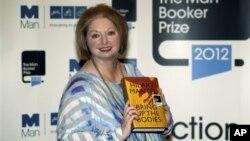 Hilary Mantel, pemenang Man Booker Prize for Fiction 2012, dengan bukunya 'Bring up the Bodies' di London. (Foto: Dok)