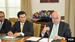 El canciller salvadoreño Hugo Martínez Bonilla junto al secretario general de la OEA, José Miguel Insulza.