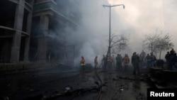 消防人員和軍人在貝魯特市中心的爆炸現場 2013年12月27日