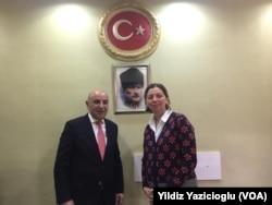 Turgut Altınok VOA Türkçe muhabiri Yıldız Yazıcıoğlu'yla