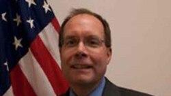 مهمان روز دوشنبه (۱۶ خرداد) برنامه روی خط، دیوید داناهیو قائم مقام معاون وزیر امور خارجه آمریکا در بخش ویزا است