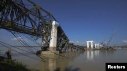 11일 지진 사태로 공사 중에 무너진 버마 쉐보 마을의 교각.