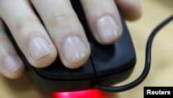 """Bekerja sama dengan interpol, polisi Filipina menangkap jaringan """"sextortion"""" atau pemerasan seksual, yang modus operasinya dilakukan secara online di seluruh dunia (foto: ilustrasi)."""