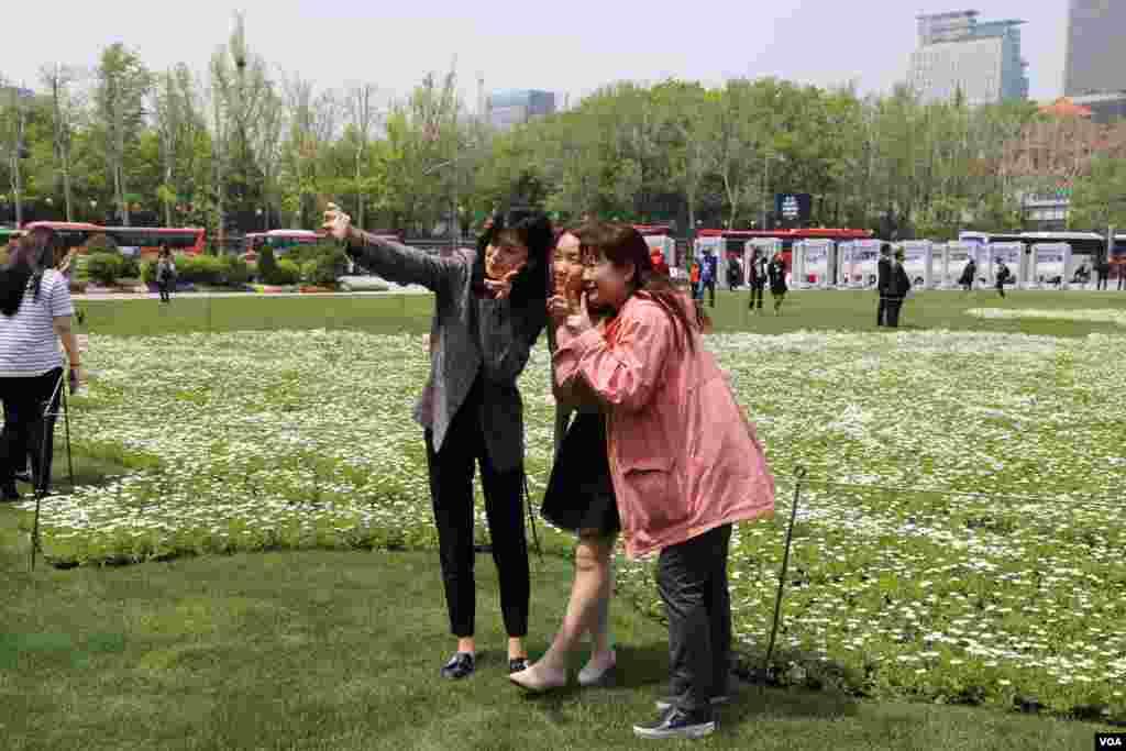 این دختران در پارکی در سئول سلفی می گیرند.