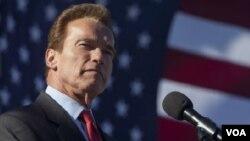 El gobernador de California, la ex estrella de Hollywood, Arnold Schwarzenegger, entrega el gobierno de California.