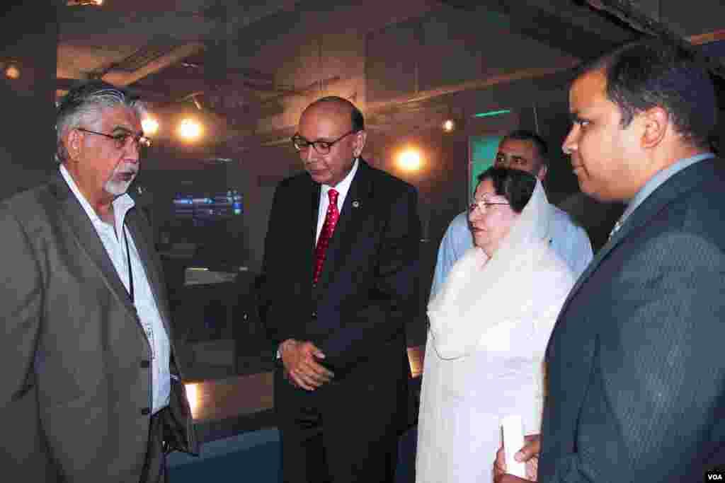 خضرخان اور غزالہ خان وائس آف امریکہ کے دفتر میں