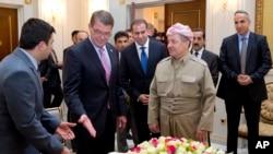 Bộ trưởng Quốc phòng Mỹ Ash Carter đứng với Tổng thống chính quyền khu vực người Kurd Massoud Barzani tại Nhà Trắng ở Irbil, Iraq, ngày 24/7/2015.
