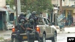 牙买加警方在金斯敦部分地区巡逻