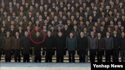 """북한의 핵 개발을 포함해 군수 분야 전반을 담당하는 북한 노동당 군수공업부장이 김춘섭에서 리만건으로 교체된 것으로 보인다. 한국 정부 관계자는 김정은 국방위원회 제1위원장이 리만건을 4차 핵실험 기념사진 촬영장에 부르고 리만건(붉은 원)이 수행자 3명 가운데 맨앞에 호명된 사실 등을 거론하면서 """"리만건이 군수공업부장에 임명됐다는 추정이 가능하다""""고 말했다."""