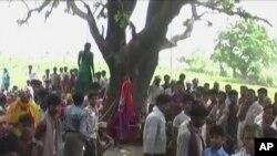 Warga desa Katra di negara bagian Uttar Pradesh, India, berkumpul di sekitar jenazah dua gadis bersaudara yang ditemukan tewas tergantung di pohon, 29 Mei 2014 lalu (Foto: dok).