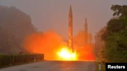 북한 조선인민군 전략군 화성포병부대들이 탄도미사일 발사훈련을 실시했다며, 관영 조선중앙통신이 지난 21일 사진을 공개했다. (자료사진)