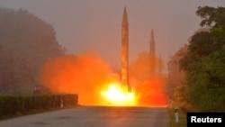 북한이 지난 7월 탄도미사일 발사훈련을 실시했다며, 발사 장면을 담은 사진을 공개했다. (자료사진)