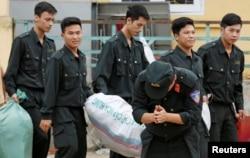 Một cảnh sát cám ơn người dân Đồng Tâm khi được trả tự do, 22 tháng Tư, 2017.