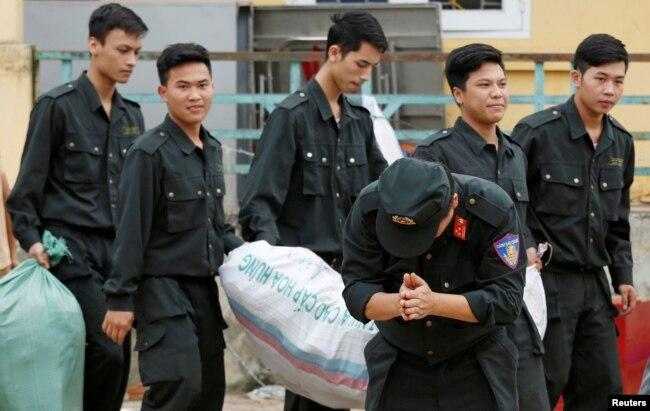 Một cảnh sát cảm ơn người dân Đồng Tâm khi được trả tự do, 22/4/2017