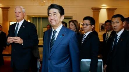 日本首相安倍晋三(中)在波士顿参观肯尼迪图书馆暨博物馆(2015年4月26日)