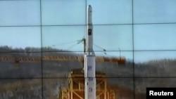 屏幕显示朝鲜银河三号火箭正从发射台升空
