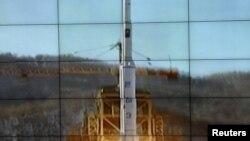 屏幕顯示北韓銀河三號火箭正從發射台升空