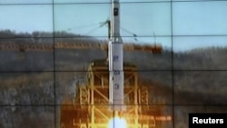 ຮູບທີ່ນໍາອອກມາເຜີຍແຜ່ ໂດຍອົງການຂ່າວທາງການ ເກົາຫລີເໜືອ KCNA ສະແດງໃຫ້ເຫັນ ລູກສອນໄຟ Unha-3 [Milky Way 3] ກໍາລັງຖືກຍິງຂຶ້ນຈາກຖານຍິງຈະຫລວດ ທີ່ສະຖານຍິງດາວທຽມ West Sea Satellite Launch Site, ທີ່ສູນຄວບຄຸມດາວທຽມ ຂອງເກົາຫລີເໜືອທີ່ຄາວຕີ Cholsan ທາງພາກເໜືອຂອງແຂວງ ພຽງຢາງ
