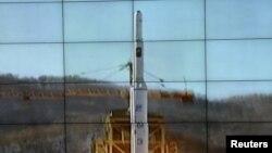 Hình do Thông tín xã Bắc Triều Tiên công bố cho thấy hỏa tiễn tầm xa Unha-3 được phóng đi hôm nay từ Trung tâm Không gian Sohae.