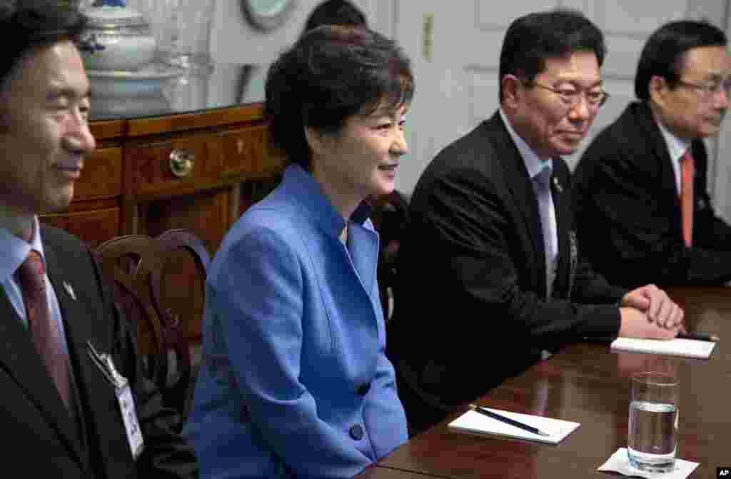 South Korea President Park Geun-Hye meets with World Bank President Jim Yong Kim at Blair House in Washington, May 7, 2013.