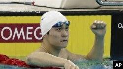Sun Yang memenangkan medali emas untuk nomor 200 meter gaya bebas dalam Kejuaraan Renang Asia IX di Dubai, Kamis (15/11).