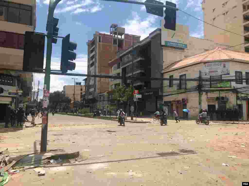 Grupos afines al presidente Evo Morales se enfrentaron a otros que protestan pidiendo la renuncia del mandatario en la ciudad de Cochabamba, Bolivia.