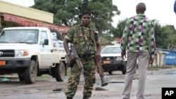 Seorang tentara Burundi mengamankan ibukota Bujumbura pasca serangan maut terhadap sebuah bar di sana Minggu 8/11 (foto: dok).