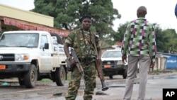 Tentara Burundi dengan senjata dan peluncur roket berjaga-jaga di sebuah jalan di Bujumbura, Burundi (8/11).