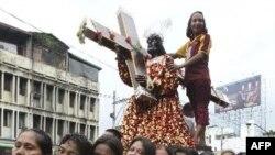 Tín đồ Công giáo Philippines khiêng tượng Chúa Giê-su Nazaret trong lễ rước kiệu hàng năm tại Manila
