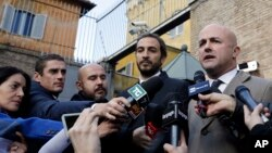 Gianluigi Nuzzi, à droite, et Emiliano Fittipaldi, deux journalistes italiens lors d'une point de presse à l'extérieur de la porte Pérugin, Cité du Vatican, 24 novembre 2015.