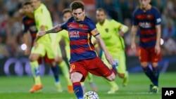 Lionel Messi tire un penalty au cours d'un match de la Liga espagnole contre Levante au stade de Camp Nou à Barcelone, Espagne, 20 septembre 2015.