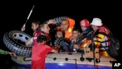 Des migrants sur une embarcation de fortune ( AP Photo/Lefteris Pitarakis)